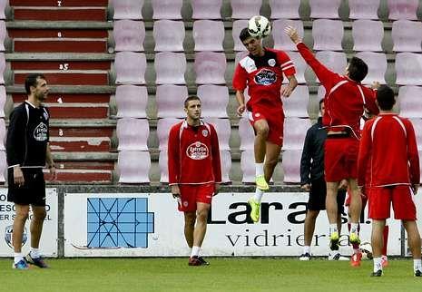 David López controla un balón durante el entrenamiento de ayer en el Ángel Carro.