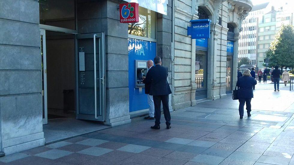 Caunedo y los concejales del PP de Oviedo abandonan el pleno.Cajero automático en el centro de Oviedo