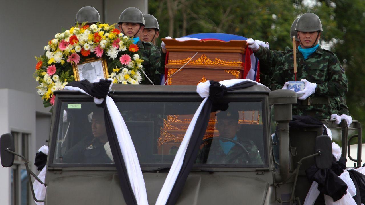 El cajón con el cuerpo del Saman Kunan, de 38 años, quien se quedó sin oxígeno mientras estaba sumergido y tras completar con éxito una misión de suministro a la cueva.