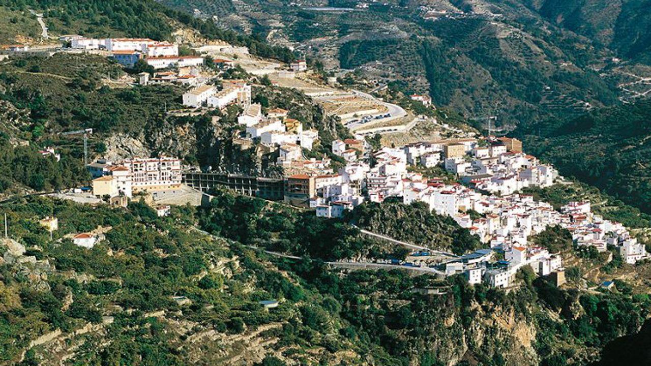 Un parlamento de luto.Una panorámica de Otívar, en Granada