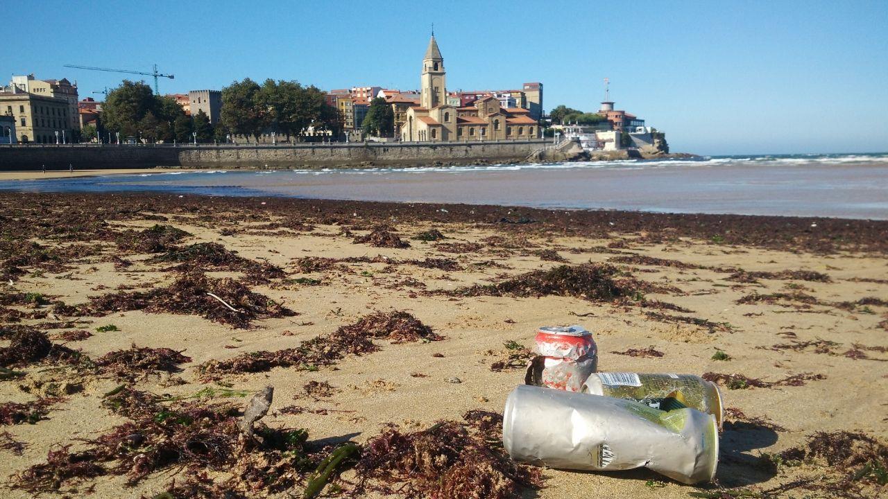 Basura arrastrada por la mareaa la playa de San Lorenzo de Gijón.Basura arrastrada por la marea a la playa de San Lorenzo