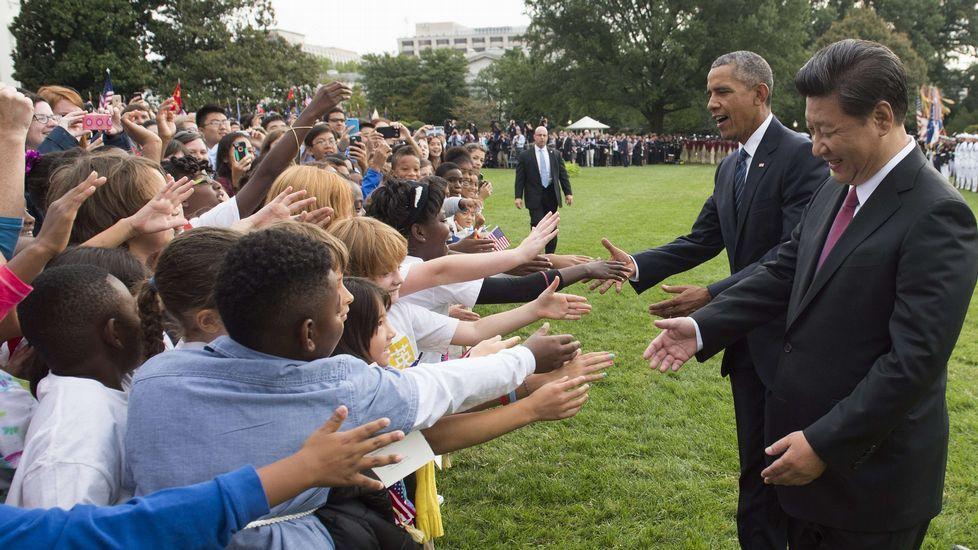 Obama y Xi saludan a unos niños en la Casa Blanca.