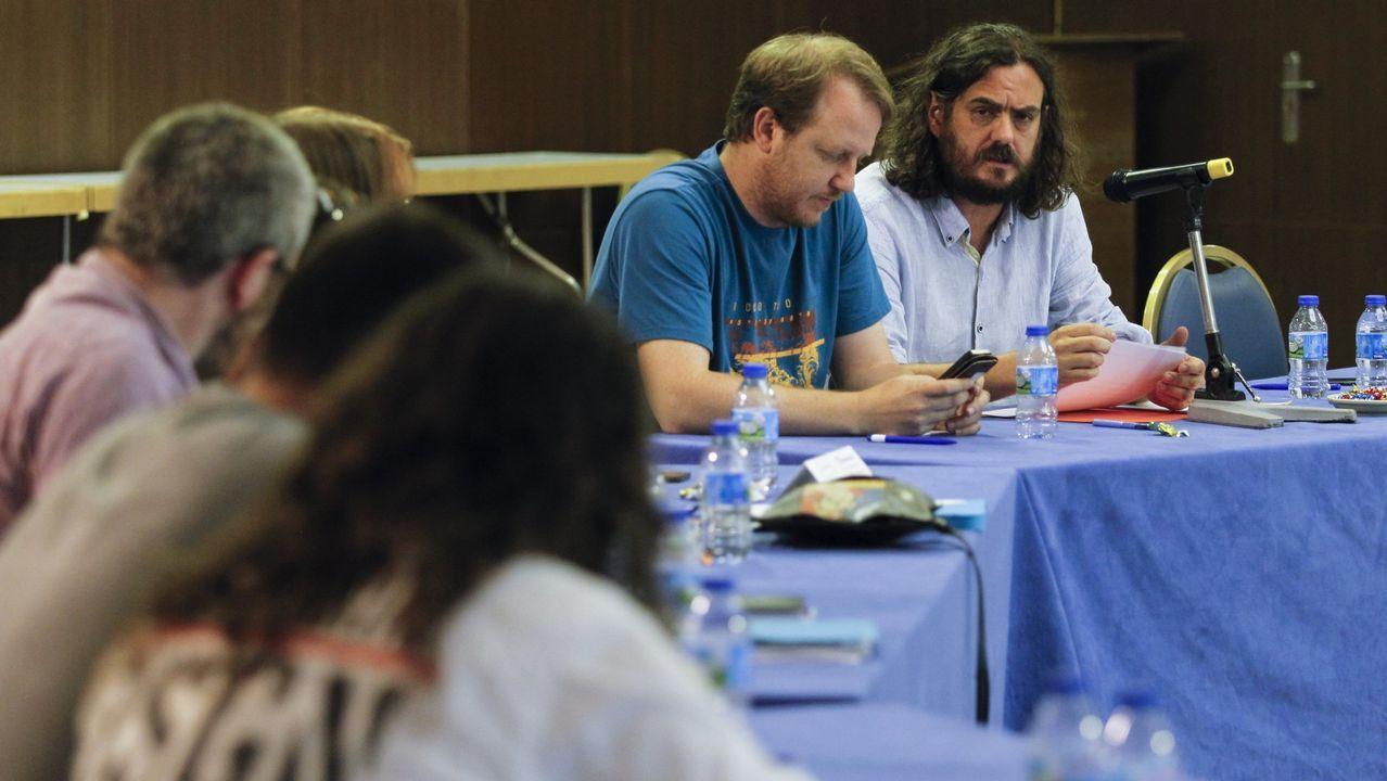 Clausura de la asamblea de Amio, con Francisco Jorquera saludando a Carlos Aymerich. En medio, Xosé Manuel Beiras y Guillerme Vázquez
