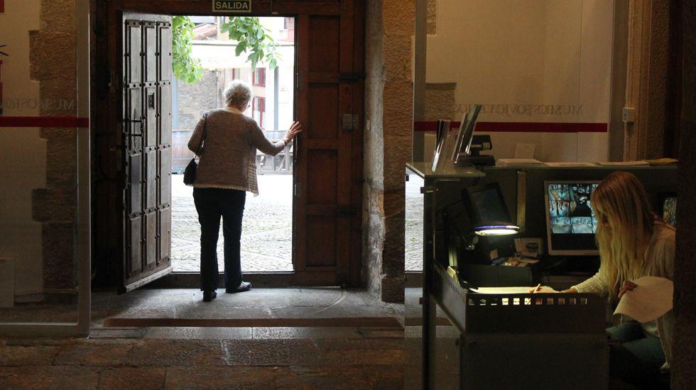 El legado de Alejandro Mieres en los fondos municipales gijoneses.Una visitante abandona el Museo Casa Natal de Jovellanos