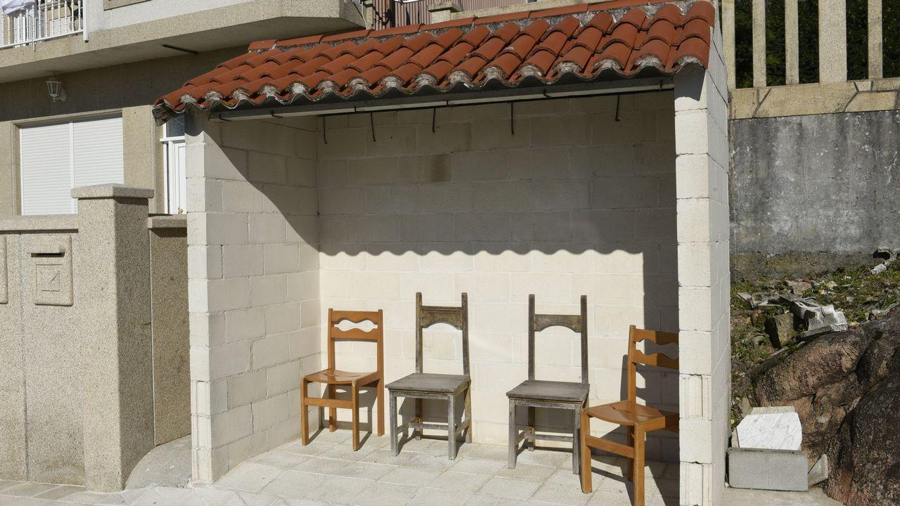 Bloques y sillas convierten esta parada en un punto de reunión perfecto en O Pindo