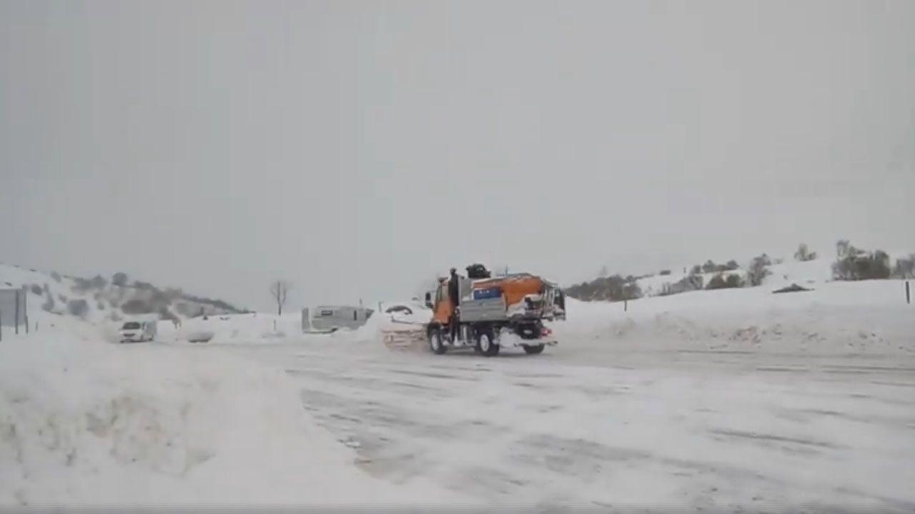 La nieve dificulta el tráfico en la autopista del Huerna.Una pala realiza trabajos de acondicionamiento en Fuentes de Invierno
