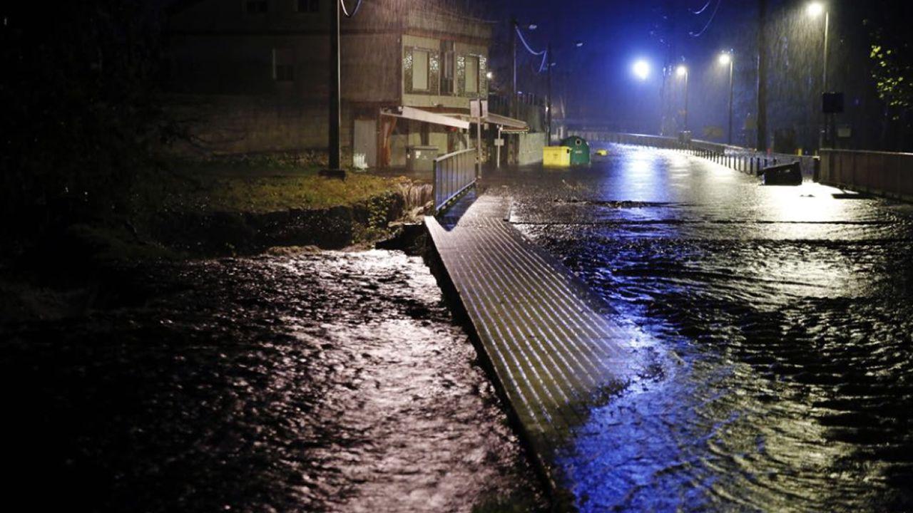 Junto al área recreativa de A Veronza, en Ribadavia, el río se ha desbordado y cubre la calzada y parte de la acera. En un local próximo el agua llegaba a la altura de la cintura