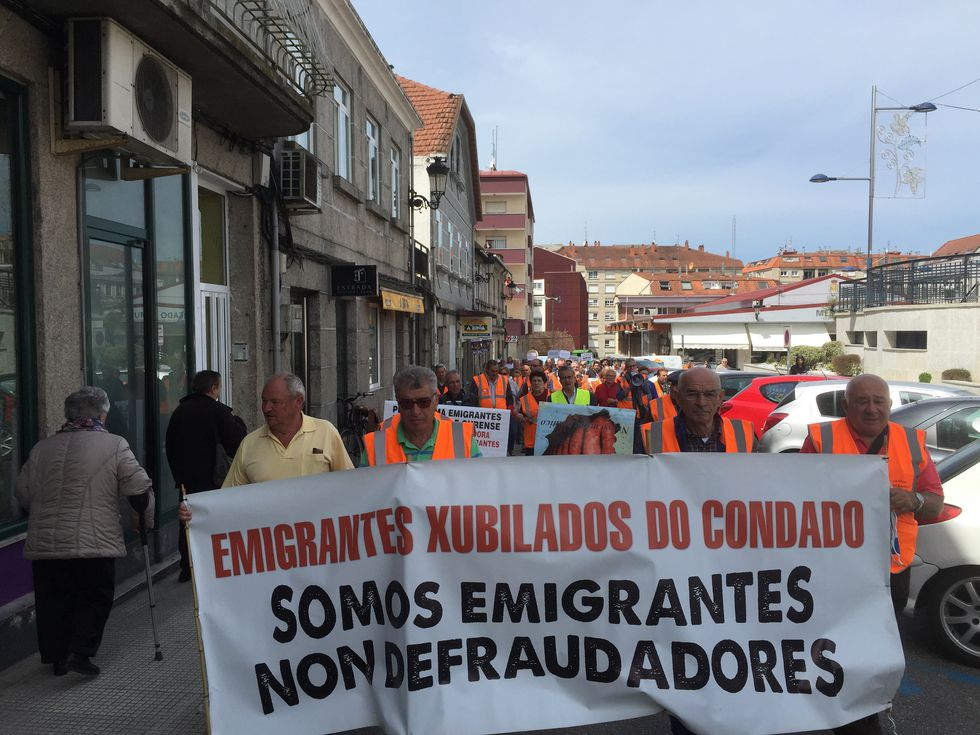 Manifestación emigrantes retornados en Ribeira