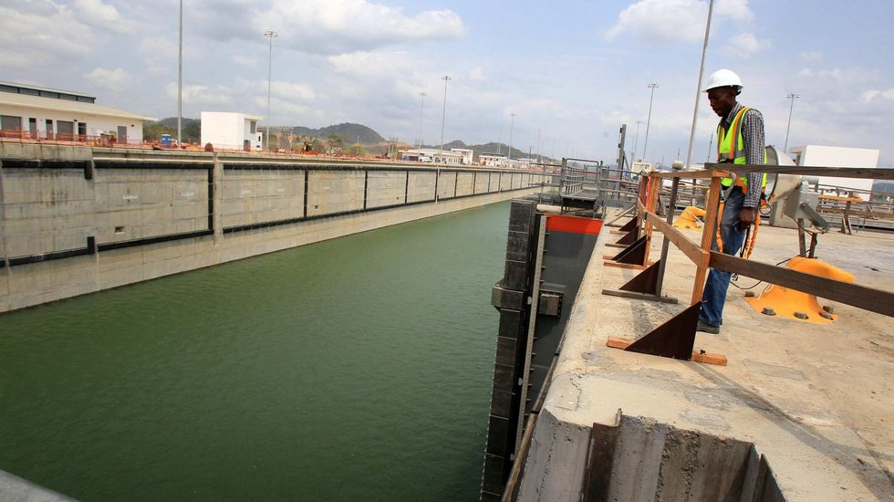 28.000 barcos al año en solo 30 metros de ancho.Varios afectados frente al depósito que Sacyr dejará de mantener en menos de dos semanas.