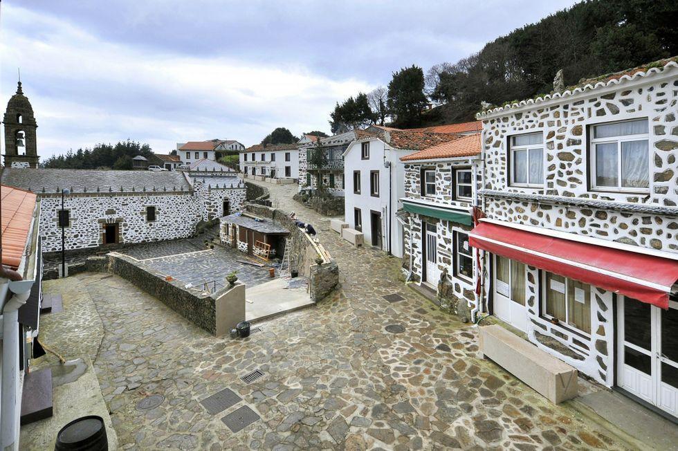 Vista de la calle que atraviesa la aldea de San Andrés.