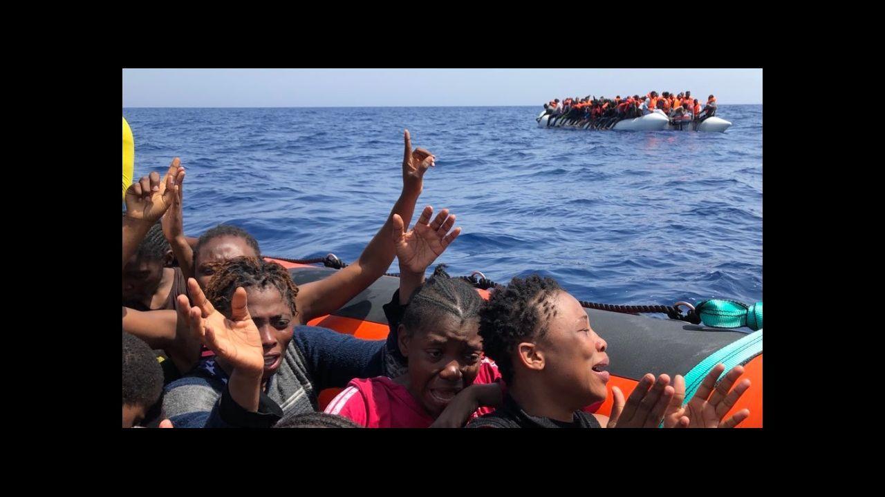 Migrantes que foron rescatados pola oenegué Open Arms preto da costa libia