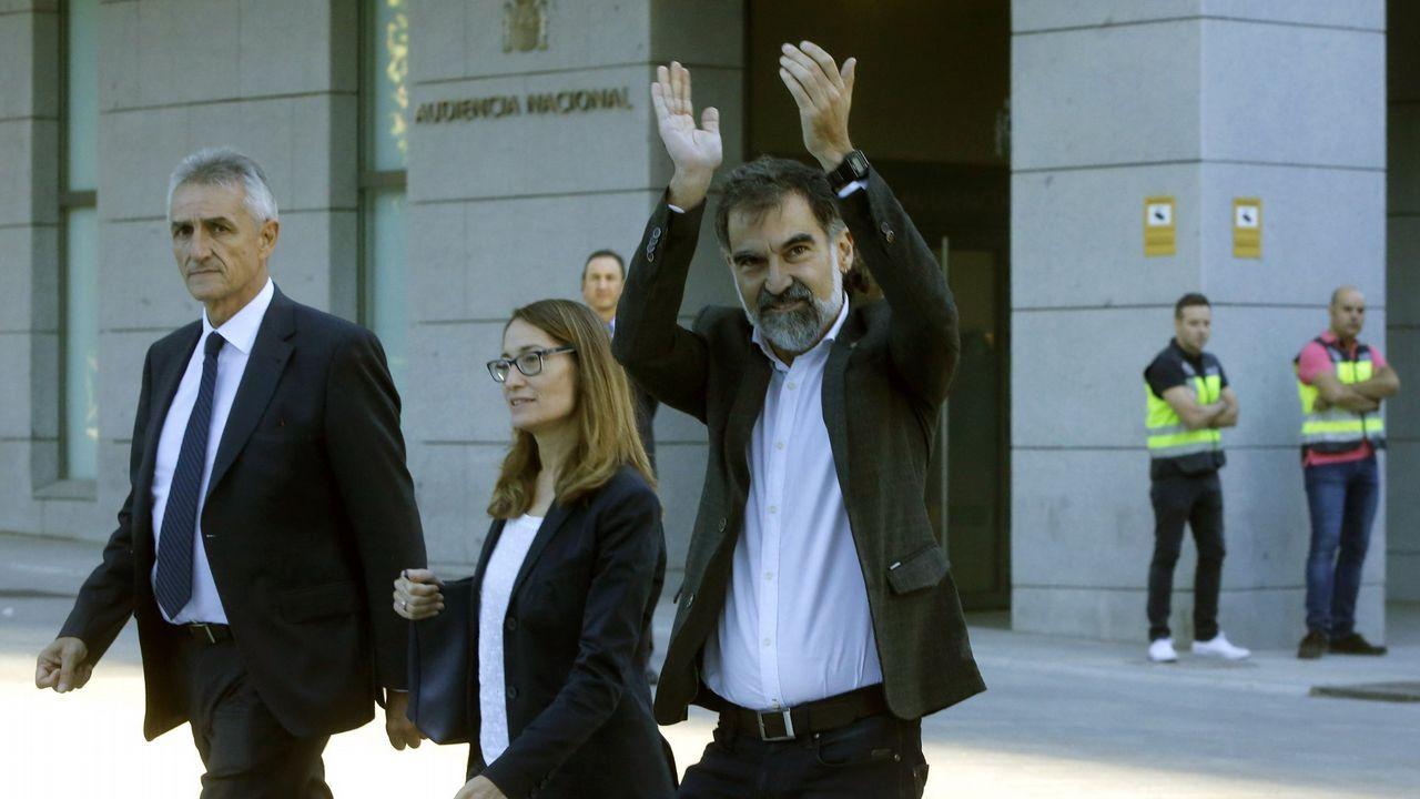 Jordi Cuixart. (A la derecha, con los brazos en alto) Presidente de la plataforma secesionista Òmnium Cultural, está acusado de un deliteo de rebelión.