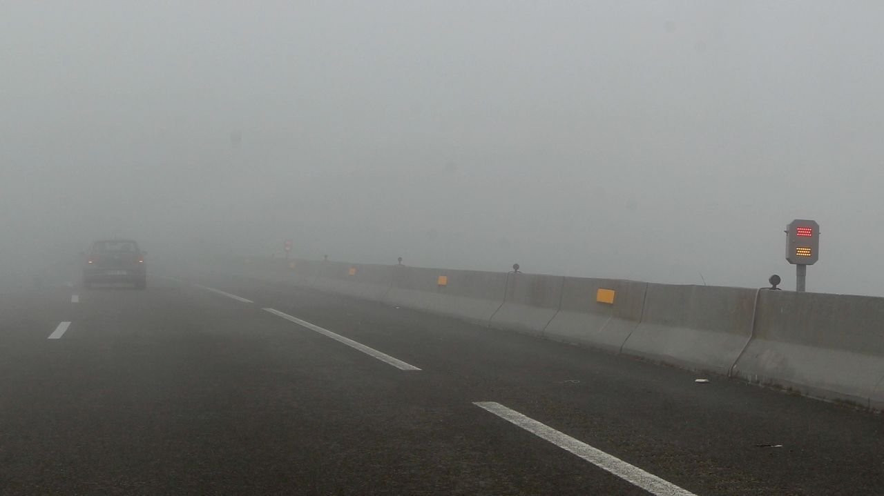 El Gobierno prueba en la A-8 en O Fiouco el sistema de balizas inteligentes contra la niebla.
