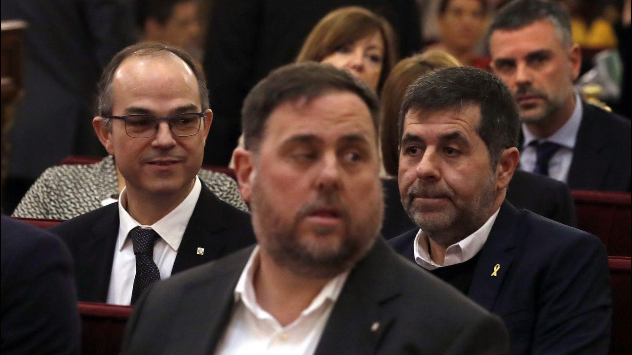 Oriol Junqueras junto a Gabriel Rufián, ayer en el Congreso, recogiendo su credencial como diputado. Los presos electos grabaron un vídeo desde la cámara, obviando la prohibición del Supremo