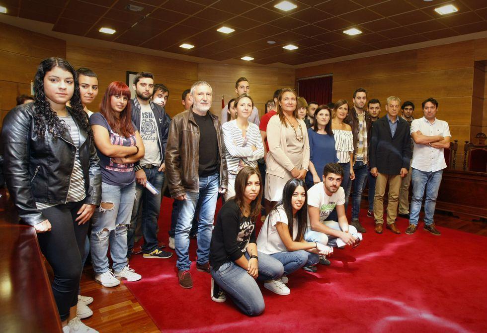 «Hasta nunca, Mas».Los alumnos posaron con las autoridades durante la presentación celebrada en el Concello.