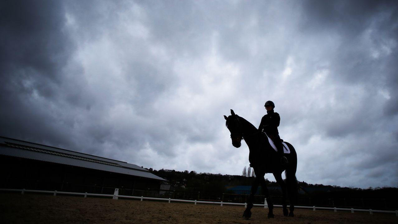 Un jinete se ejercita con su caballo en el centro hípico internacional de Deauville, en Francia