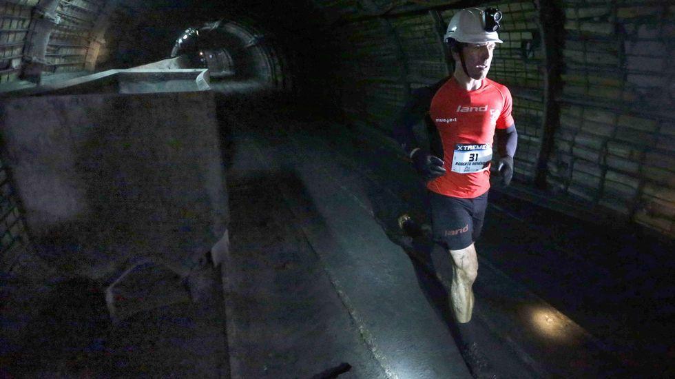 El atleta Roberto Menéndez durante el recorrido que realizó hoy en la edición  zero  de la Xtreme Trail de El Pozo Sotón, de Hunosa, primera prueba de estas características que se disputa a 500 metros de profundidad en esta mina de hulla de San Martín del Rey Aurelio