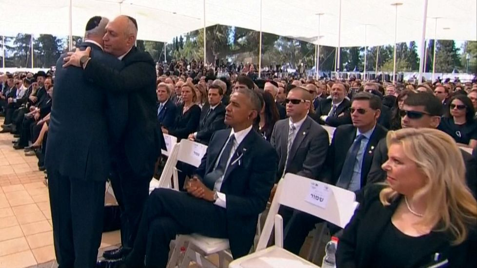 Netanyahu abraza a Chemi Peres, el hijo del expresidente israelí