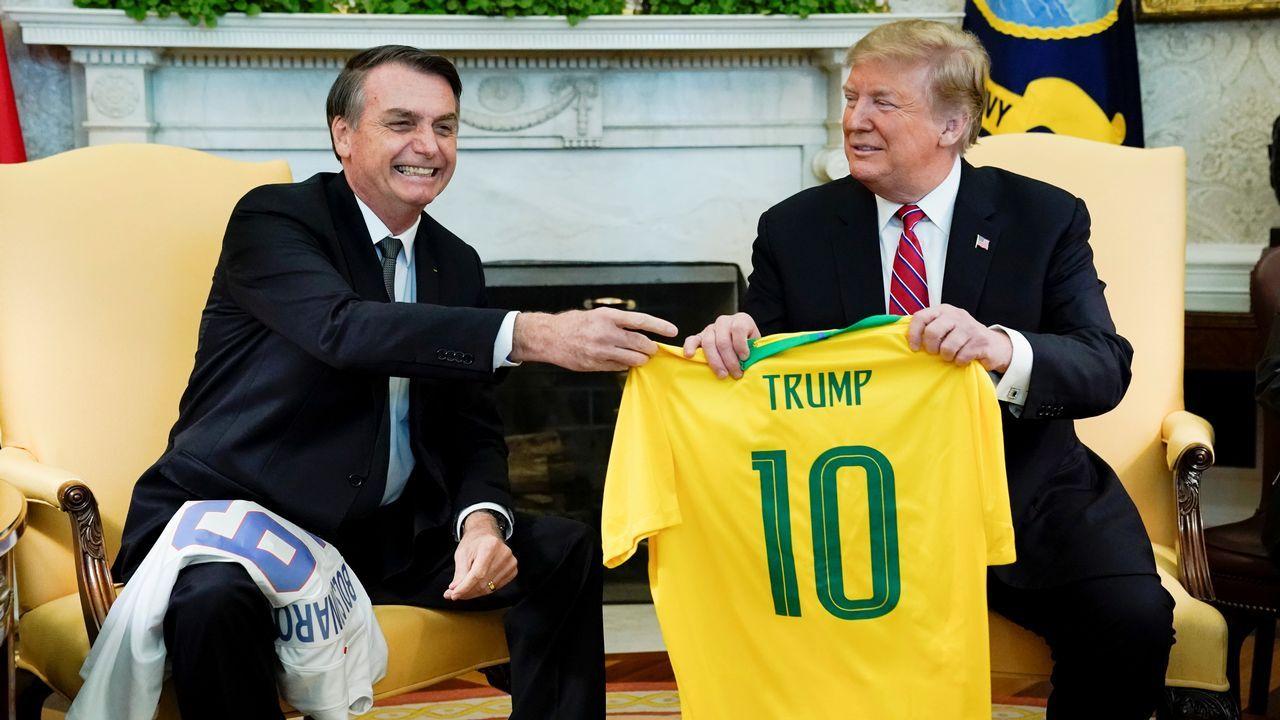 Bolsonaro consideró un placer entregar a su colega la camiseta que «simboliza al mejor jugador de todos los tiempos, Pelé»