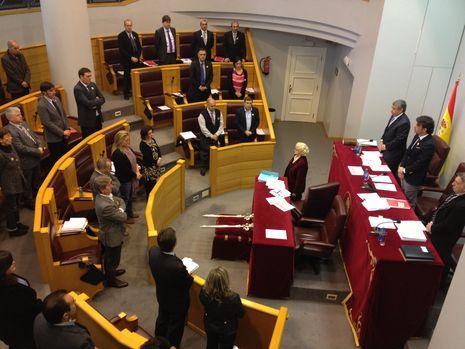 Los diputados guardaron un minuto de silencio por las víctimas de la violencia de género