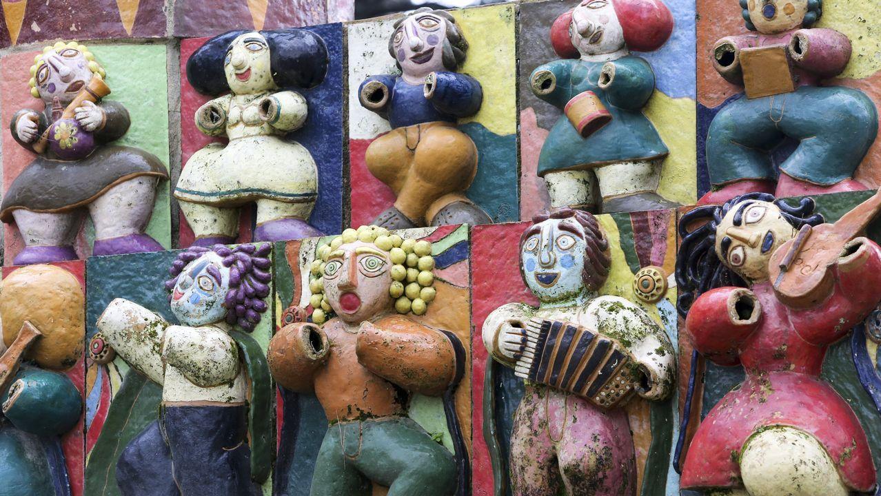 La mayoría de las figuras del monumento a la música ferrolana están mutiladas; de momento no está prevista su restauración