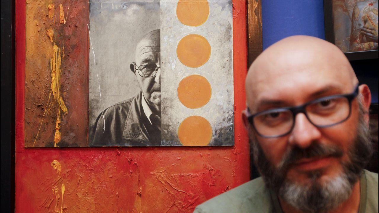 Eduardo Hermida con la obra en la que retrata a su padre