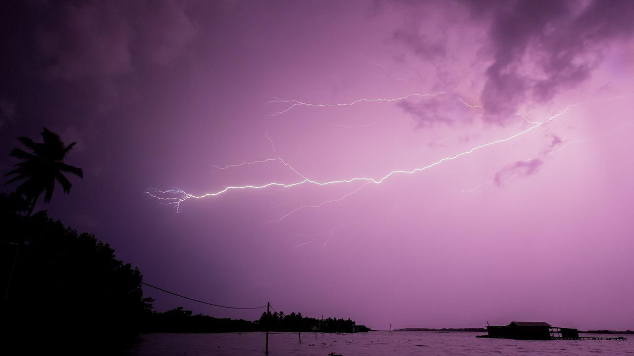 Relámpagos sobre el Lago de Maracaibo, en Ologá (Venezuela). El Relámpago del Catatumbo está localizado al oeste del Lago de Maracaibo y consiste en tormentas eléctricas, nube a nube, a unos siete kilómetros de altura, que aparecen entre 140 y 160 días al año con un promedio de 28 descargas eléctricas por minuto. Cada una de esas descargas, que se registran por unas siete horas de noche y de madrugada, tiene energía para encender 100 millones de bombillas, lo que significa que 15 minutos de actividad bastarían para encender todas las bombillas de Suramérica.
