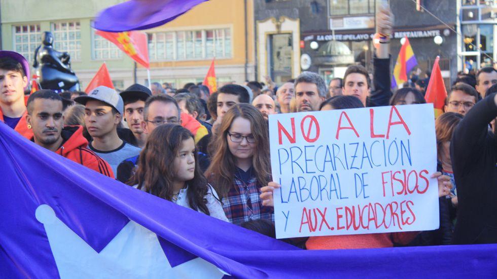 Manifestación en la plaza de La Escandalera en contra de los Premios Princesa de Asturias.