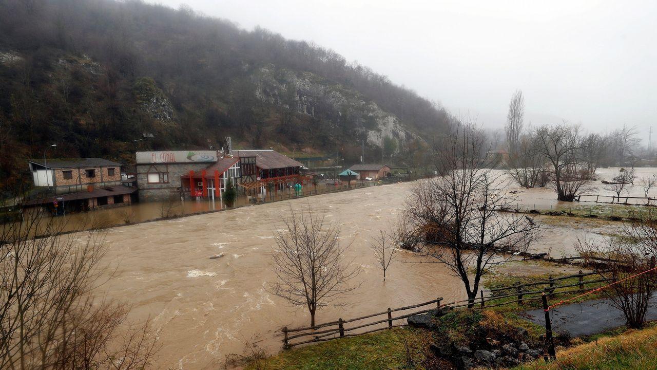 Inundaciones al desbordarse el río Nalón en Las Inmediaciones de Laviana(Asturias)