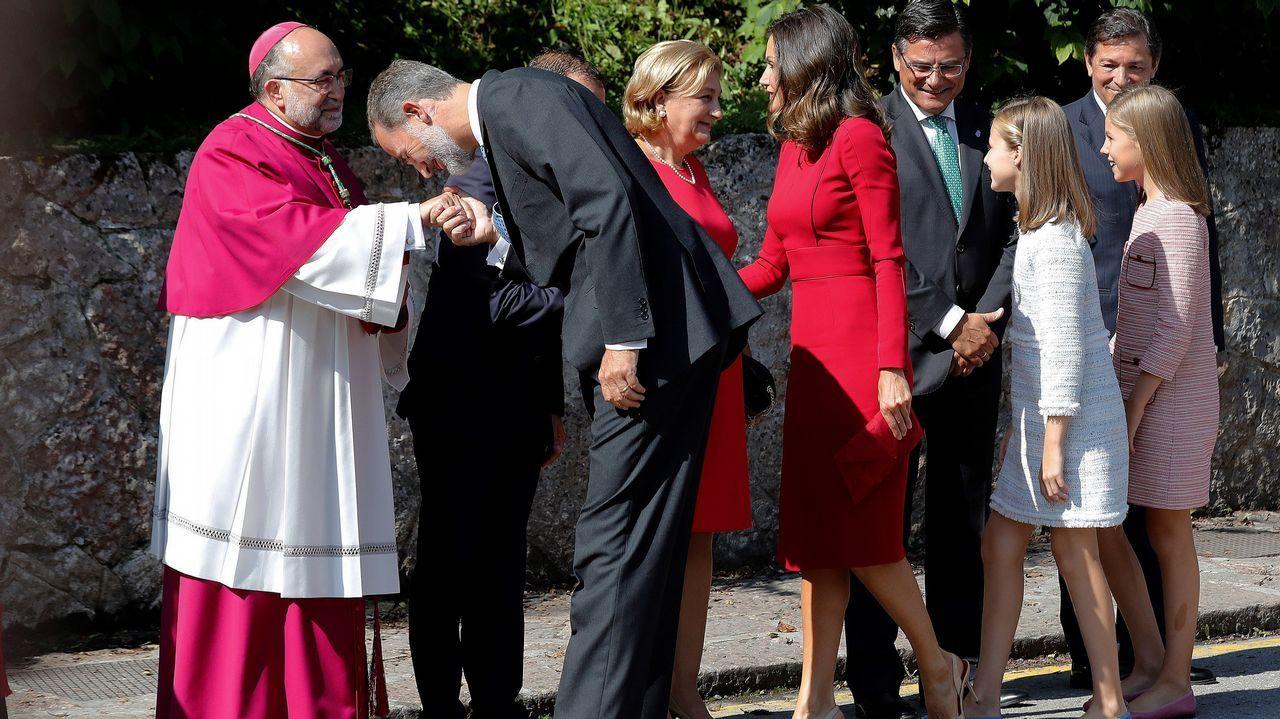 Los reyes Felipe y Letizia, la princesa Leonor (i) y la infanta Sofía (d) acuden a los actos conmemorativos del primer Centenario de la Coronación de la Virgen de Covadonga y del Parque Nacional de la Montaña de Covadonga