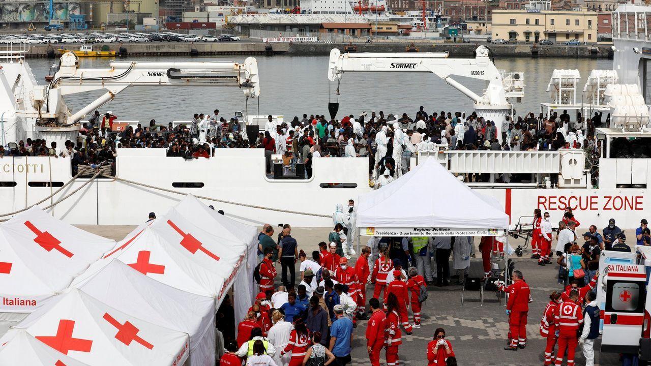 .Inmigrantes desembarcan del buque de la guardia costera italiana Diciotti en el puerto de Catania, Italia, el 13 de junio de 2018