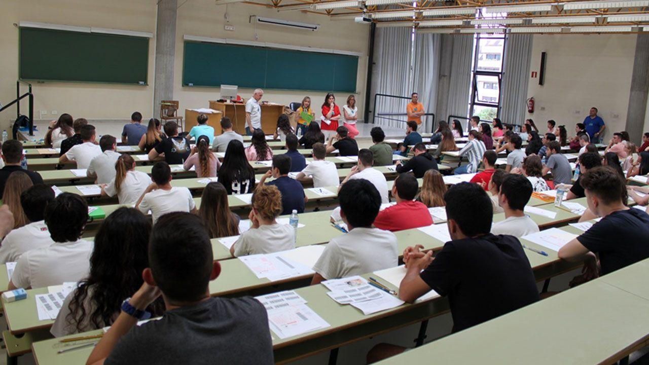 Obras en la variante de Pajares.Alumnos realizan el examen de la EBAU, la actual selectividad, en un aula de la Universidad de Oviedo