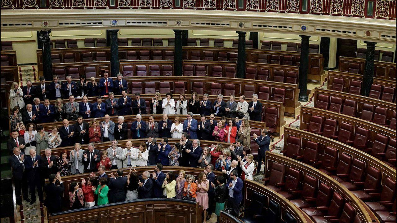 .Pedro Sánchez recibe el aplauso de los diputados socialistas
