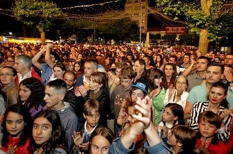 El público abarrotó la Praza do Concello durante el concierto.