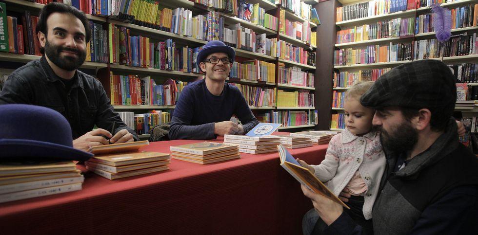 «Orejas de mariposa» es uno de los libros más demandadados de Kalandraka.David Pintor y José Nogueiras firmaron ejemplares de «Brinca vai» en la librería Santos Ochoa.