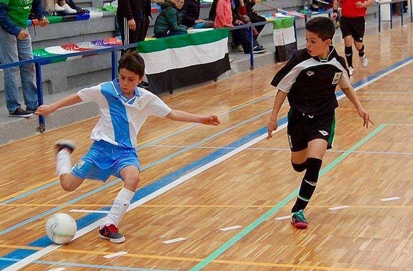 Iker López, a la izquierda, conduce la pelota en un partido en el campeonato de España de fútbol sala
