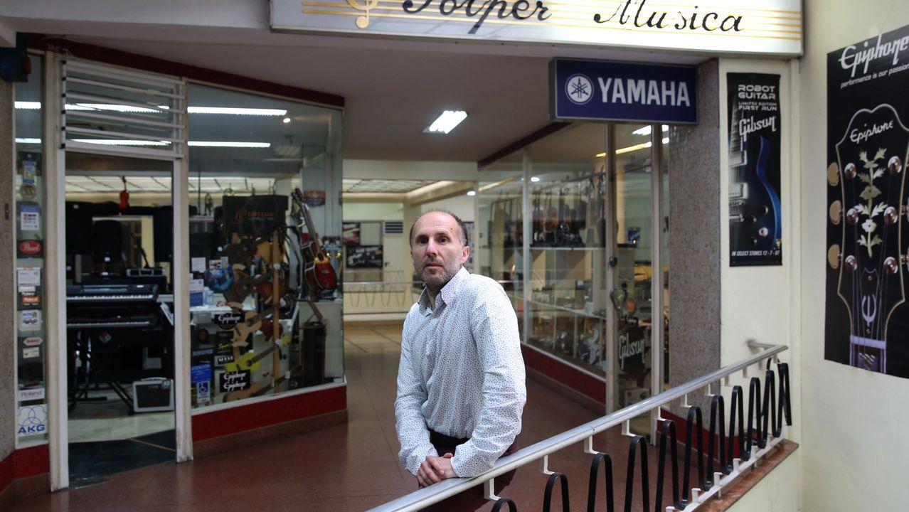Gonzalo Pérez Jacome, en su tienda de instrumentos musicales