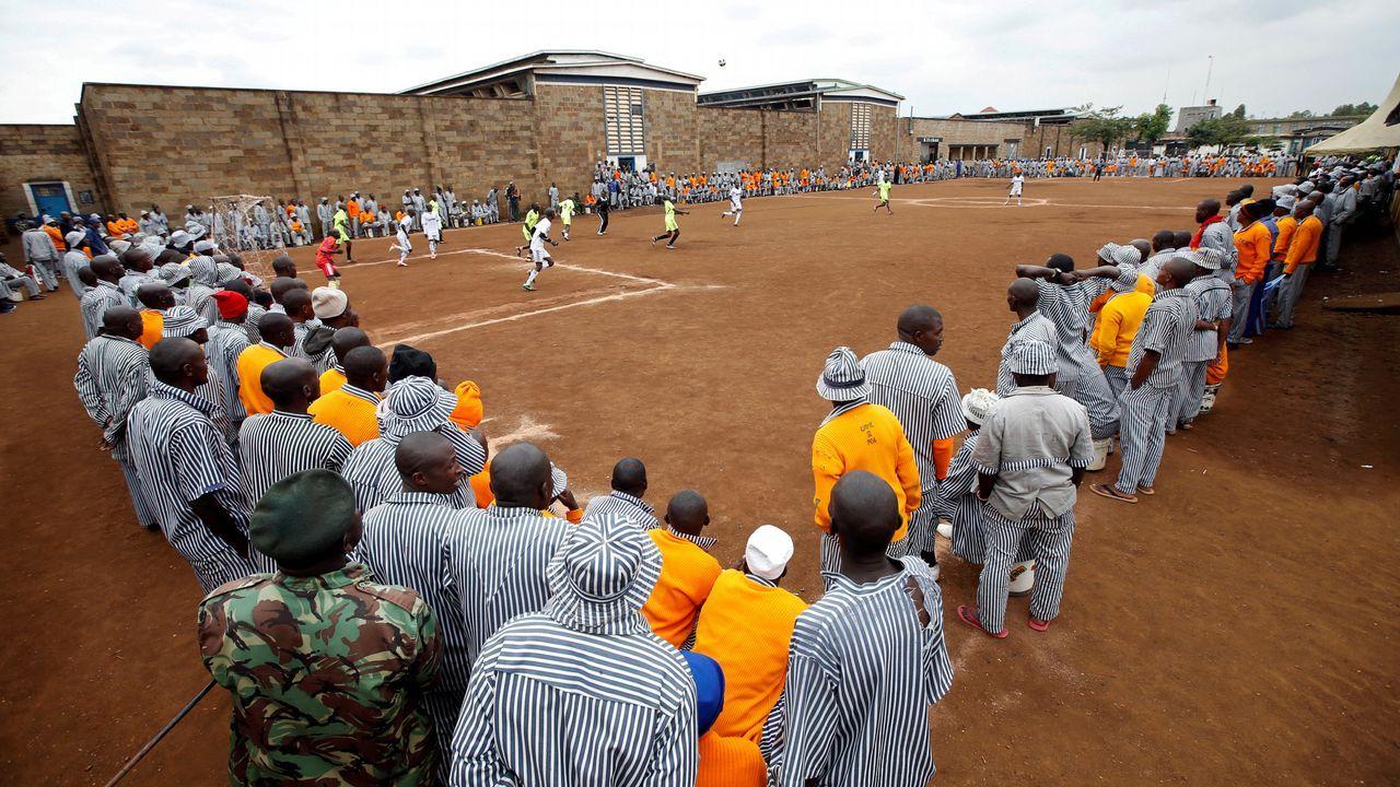 .Prisioneros keniatas observan una parodia de partido de fútbol entre Rusia y Arabia Saudí en una prisión próxima a Nairobi