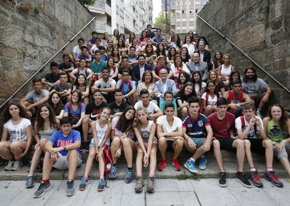 Extra.Los participantes en «Conecta Galicia» recibieron la visita de la conselleira y el alcalde.