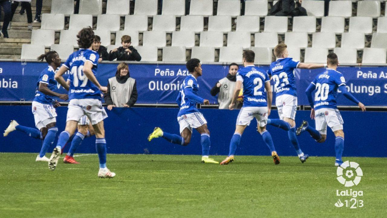 Gol Real Oviedo Almeria Carlos Tartiere.Los jugadores del Oviedo celebran el gol de Mossa