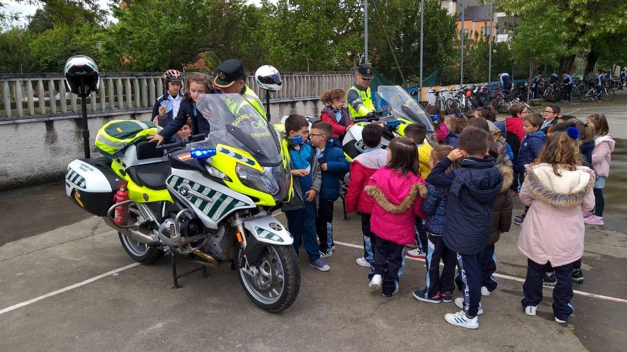 Alumnos del Colexio María Inmaculada de Verín disfrutan de una jornada de educación viaria.José Andrés Medina, en su bici, en una calle del centro de Gijón