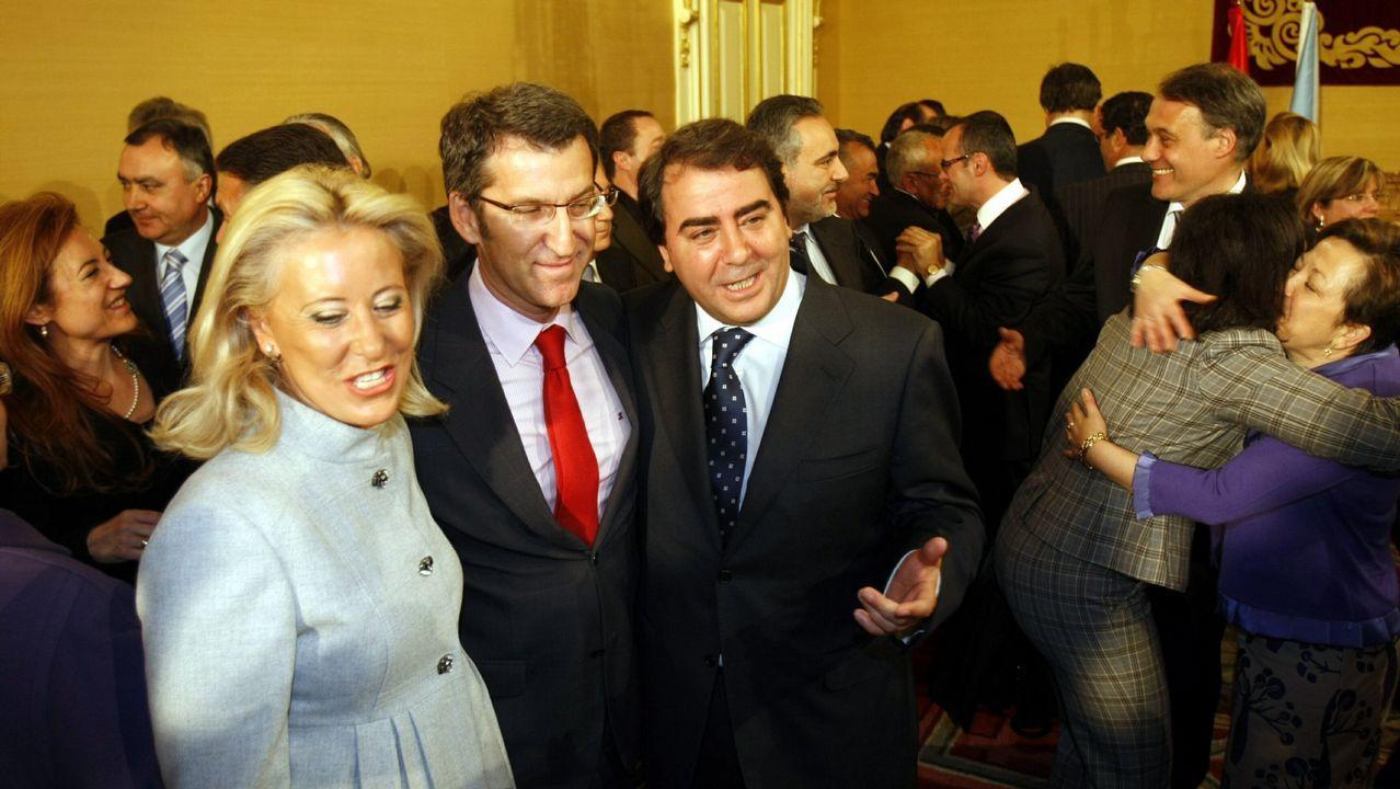 Feijoo, junto a Corina Porro y Carlos Negreira en la toma de posesión de sus conselleiros.