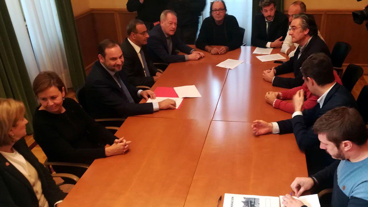 El ministro José Luis Ábalos, primero por la izquierda, durante su reunión con representantes autonómicos y locales en el ayuntamiento de Gijón