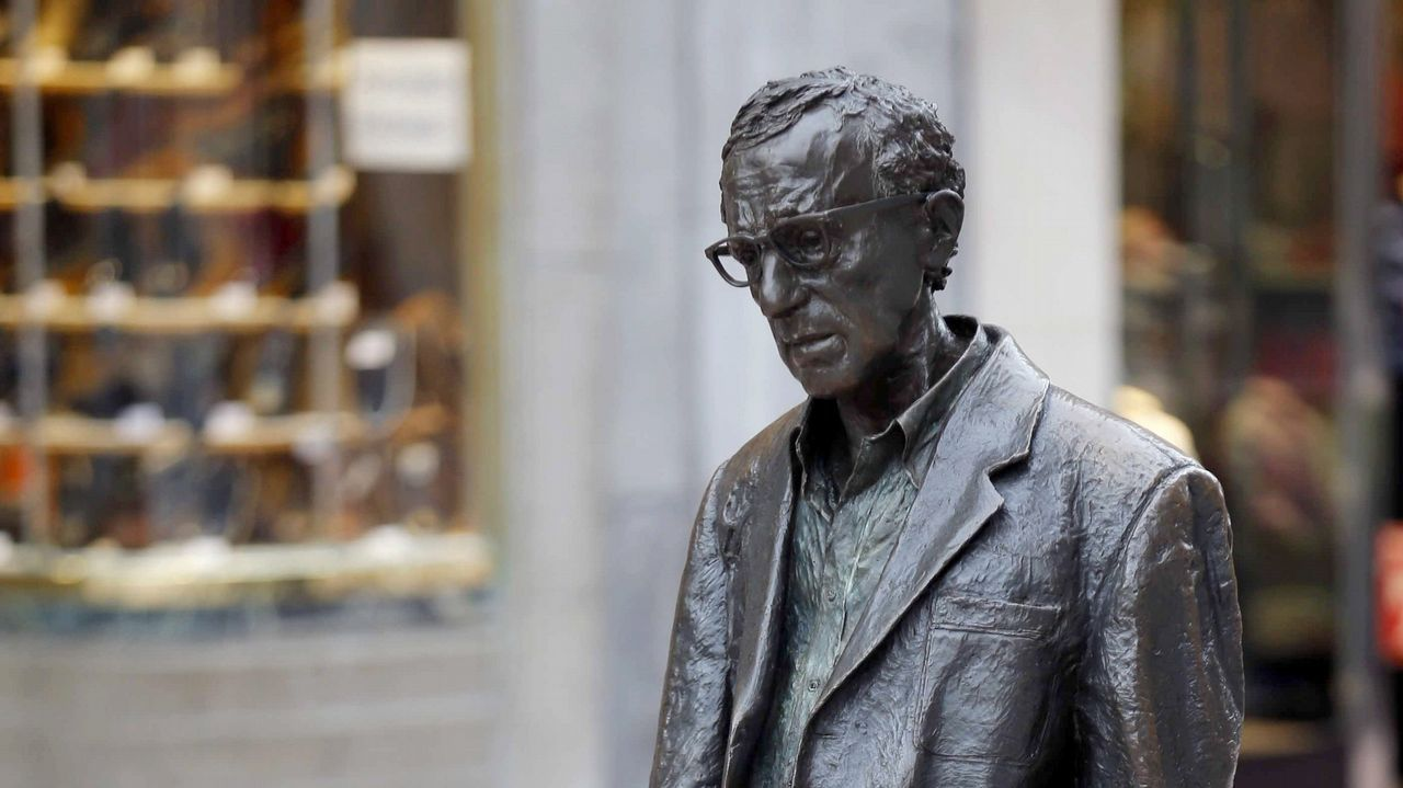 Bardem, en la piel de Pablo Escobar.El Ayuntamiento de Oviedo mantendrá la estatua del cineasta Woody Allen en la céntrica calle de las Milicias Nacionales después de que el Consejo de Igualad haya analizado hoy la petición formulada por la Plataforma Feminista de Asturias para su retirada.