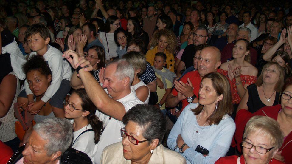 .Miles de personas disfrutaron el domingo por la noche del concierto de Café Quijano, el primero de los cinco grauitos que se celebrarán en el Campo da Compañía durante las fiestas de Monforte