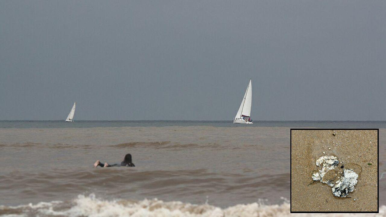 .La playa de San Lorenzo amanece con un fuerte olor a heces