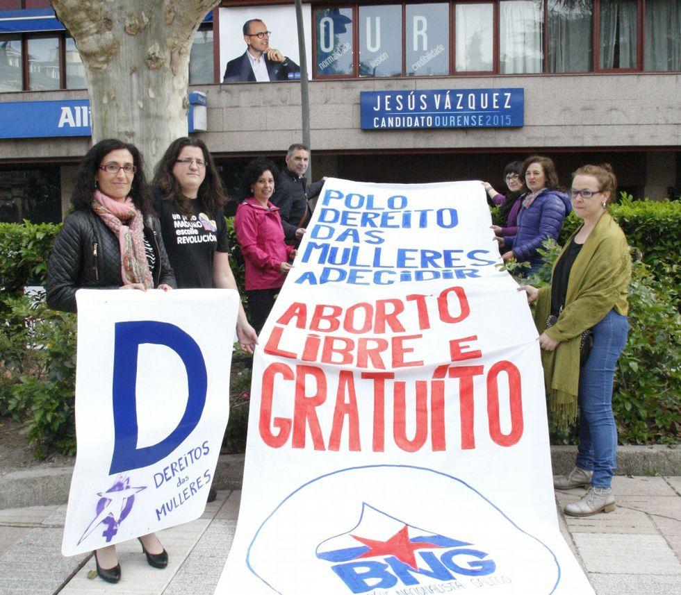 .Los nacionalistas protestaron frente a la oficina del PP.