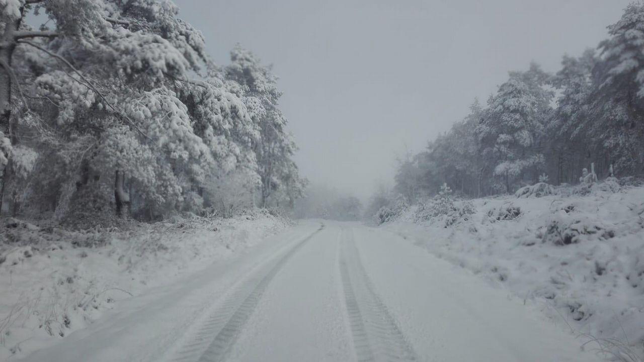 La nieve cae en el entorno del refugio del Urriellu en Picos de Europa.Nieve en abril en las cumbres del Deza, en O Carrio, la Serra do Faro y en zonas como O Seixo.
