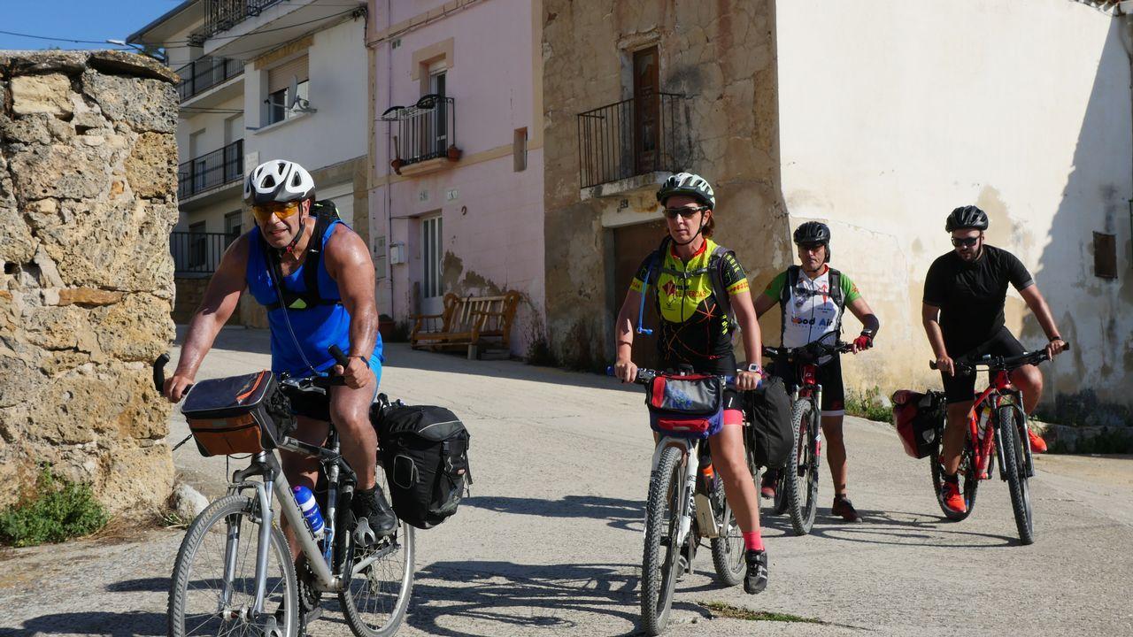 El Camino de la amistad.Ricardo, argentino, lidera un grupo de mochileros que la ruta jacobea ha juntado