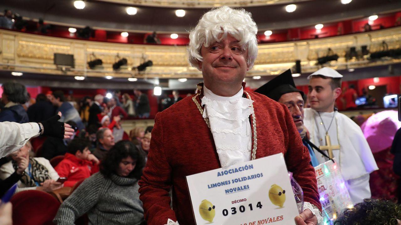 Sorteo de Loteria de Navidad. Gente en el salón del Teatro Real de Madrid